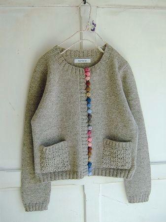 こちらはペルーより届きました素朴な風合いのニットのカーディガンです。12色のかわいいくるみボタン。フロントに21コ並んでいます。飾り編みのポケットも魅力的です。ワンピースの上に羽織ったり またデニムに合わせて・・・。