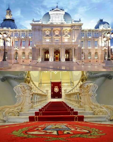 Palacio consistorial o Ayuntamiento de Cartagena, precioso edificio modernista. El conjunto es magnifico, pero destaca la escalera principal