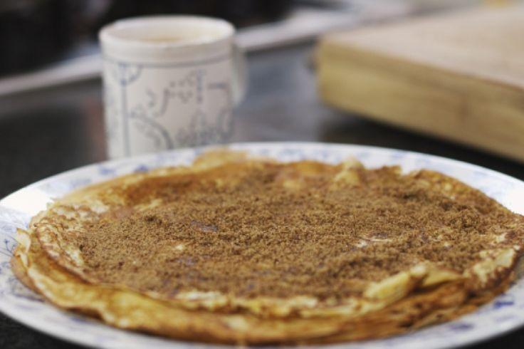 Als jonge gast verdiende Jeroen een centje bij in een pannenkoekenhuis. Daar leerde hij erg eenvoudige vanillepannenkoeken bakken. Het beslag kan je in 1-2-3 bereiden in de blender en met een geurige kop chocolademelk erbij, zit je gebakken voor een heerlijk vieruurtje.