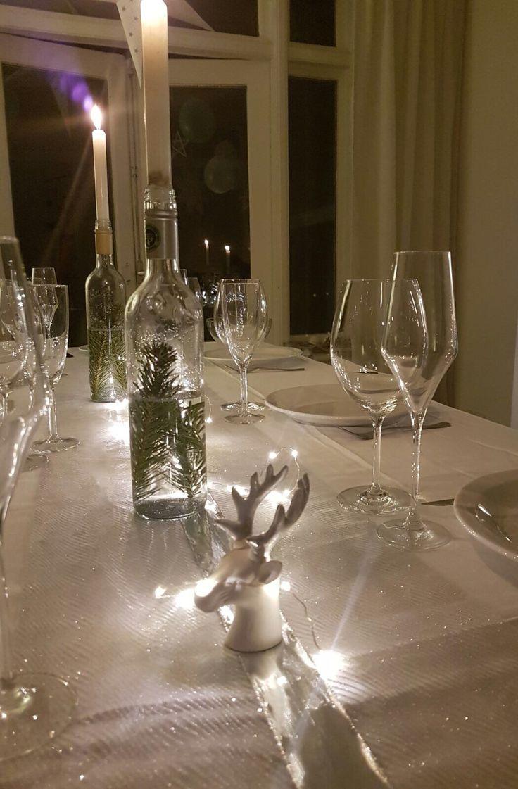 Decoratie kersttafel, kersttakjes in wijnfles
