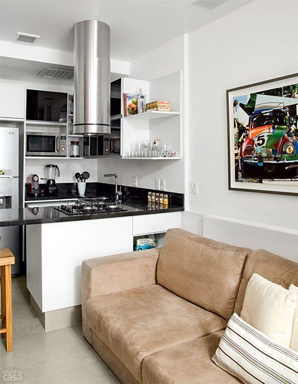 O que se pode fazer em 26m²? A resposta é: muita coisa! As imagens desse post são de um lindo loft localizado no Rio de Janeiro e é a cara de uma pessoa solteira. Eu simplesmente adorei essa decoração e a minha parte preferida, foi esse painel divisor entre o quarto e a sala. Ideia simplesmente genial das decoradoras, trabalho lindo. (Imagens: Minha Casa)
