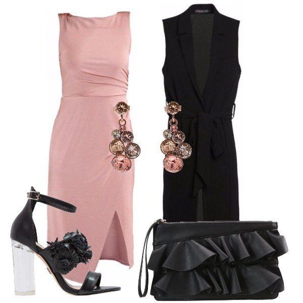 Vestito in jersey con spacco rosa che lascia scoperta la schiena, smanicato nero con cintura a vita, sandali in finta pelle neri con fiori e tacco trasparente, pochette nera in finta pelle con cerniera, orecchini pendenti rosa.