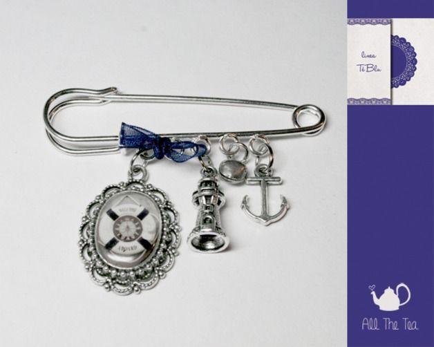 Spille con fiocchi - Spilla con ciondoli (faro, ancora) e cammeo - un prodotto unico di AllTheTea su DaWanda #handmade #jewelry #accesories #DIY #ideas #gifts #vintage #unique #resin #glass #cabochon #buttons #pin #kiltpin #safetypin #kilt #brooch #charms #cameo #style #indie #hipster #teaparty #tealovers #bottoni #spilla #ciondoli #cammeo #resina #vetro #stile