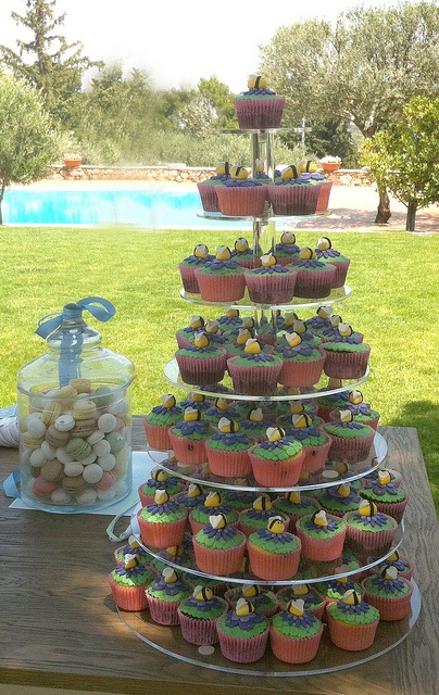 Bee Cupcakes by Gellyscakes, via Flickr