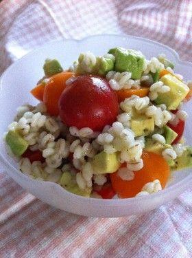 【菜食】押し麦とアボカドとトマトのサラダ by Yun370 [クックパッド] 簡単おいしいみんなのレシピが269万品
