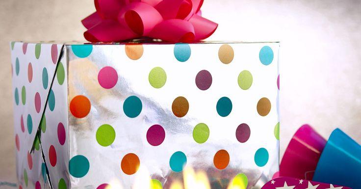 Ideas para el cumpleaños 32 de tu hijo. Si tienes un hijo que está por cumplir 32, puede ser un poco complicado celebrar su cumpleaños. Tu hijo ya no es un niño está en una edad en la que muchos regalos no son apropiados. Si estás buscando una forma especial de celebrar el cumpleaños de tu hijo, hay una variedad de regalos que puedes comprarle y cosas que puedes hacer para asegurarte ...