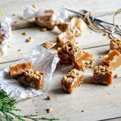 <em>Домашние конфеты... Сливочные ириски с солёным арахисом. Приготовьте их вместе с детьми - и весело и вкусно!</em>