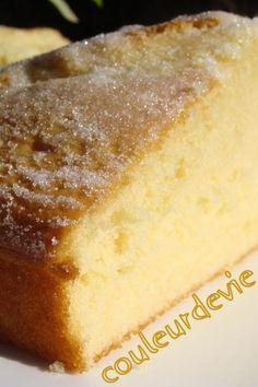 Gâteau extra-moelleux à la fleur d'oranger 3 oeufs - 80 g de sucre - 4 cuillères à soupe d'eau de fleur d'oranger - 200 g de crème fraîche épaisse - 250 g de farine - 1 sachet de levure chimique