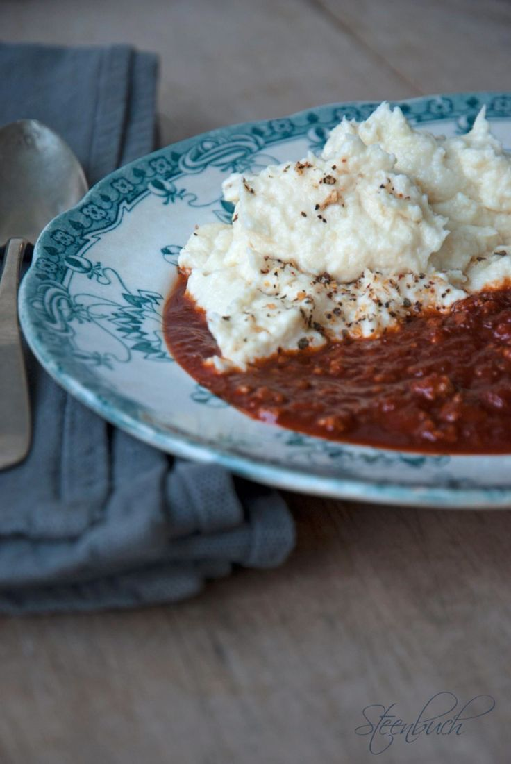 Millionbøf 500 g hakket oksekød 2 store løg 50 g smør 4 dl tomatpuré* 4 dl vand 1-2 tsk karry** 1-2 tsk fint salt*** Evt. lidt kulør
