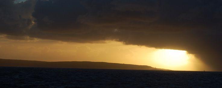 LE CAP IGNORÉ SAMEDI 03 DÉCEMBRE 2016, 10H00 Situé dans le Sud-Ouest du continent australien, le cap Leeuwin est le plus méconnu des trois caps qui marquent, traditionnellement, un tour du monde. Ce n'est qu'au 16ème siècle qu'un navigateur portugais découvrit ces côtes hostiles peuplées d'aborigènes et de kangourous, entourées d'un immense désert…