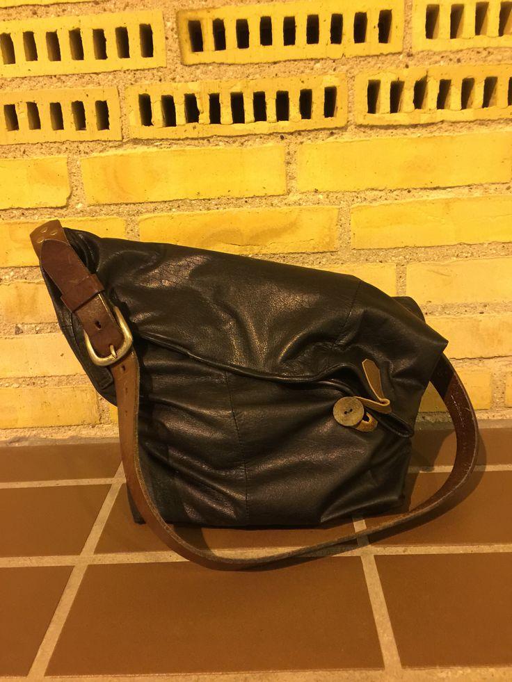 Recycled taske lavet af brugt læderjakke, herreskjorte og bælte.