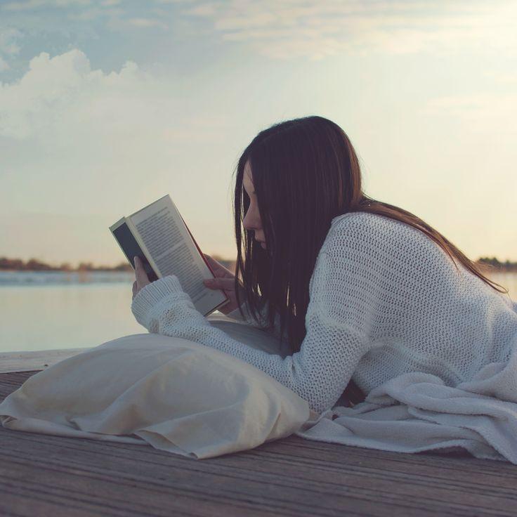 Livres qui rendent heureux : et si on confiait aux livres la lourde tâche de nous faire du bien au moral ? Découvrez notre sélection de livres qui rendent he...