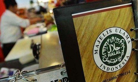 KIBLAT.NE, Surabaya – Tak hanya makanan dan minuman yang harus ada label halal. Kali ini, Majelis Ulama Indonesia (MUI) akan melakukan sertifikasi lebih ketat lagi, yaitu pada perlengkapan sehari-hari. Seperti baju, celana, sepatu dan yang lainnya. Ketua MUI, Ma'ruf Amin, mengatakan sertifikasi itu dilakukan terkait banyaknya laporan dari masyarakat, mengenai bahan yang digunakan untuk membuat …