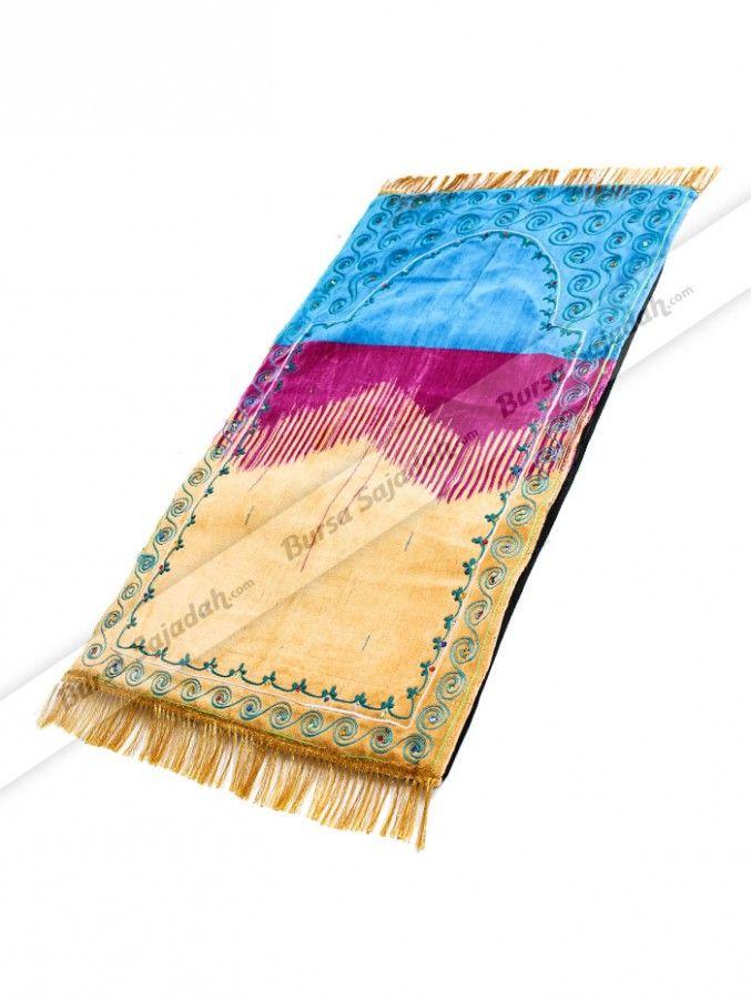 Sajadah Jodha Akbar dibuat dengan bahan busa yang cukup tebal & empuk, serta dibungkus dengan kain berbahan lembut untuk menambah kenyamanan beribadah Anda seperti shalat & membaca Al-Qur'an. Tidak hanya itu, sajadah dengan perpaduan warna menarik ini juga dibuat berumbai emas serta  dihiasi manik-manik yang membuatnya terlihat elegan!  Ukuran 104 x 60 cm