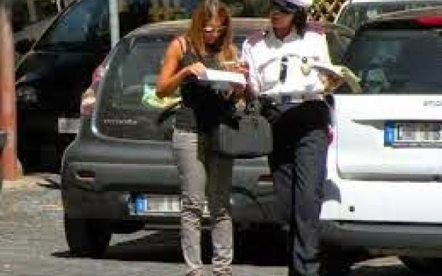 Vigilessa ruba borsa in discoteca, prima licenziata e poi indennizzata: siamo in Italia #genova