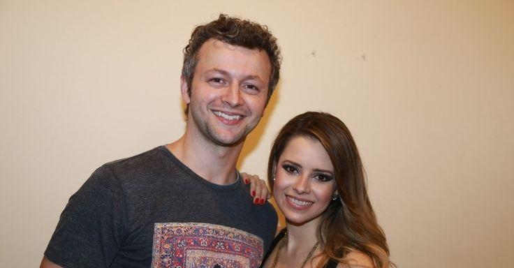 Sandy e o marido, Lucas Lima, posam na noite da agravação do DVD da cantora no teatro Municipal de Niterói, no Rio