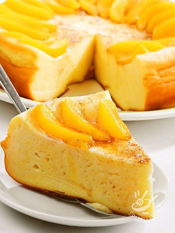Cheesecake with peaches in syrup - Questa Torta al formaggio con pesche sciroppate è la variante tedesca del classico cheesecake americano, un dolce cremoso e dal gusto delicato.