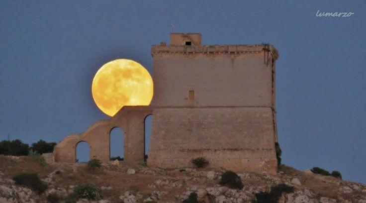 I tramonti estivi regalano emozioni sui cieli pugliesi. A confermarlo sono gli scatti fotografici della luna piena comparsa nella serata di venerdì 9