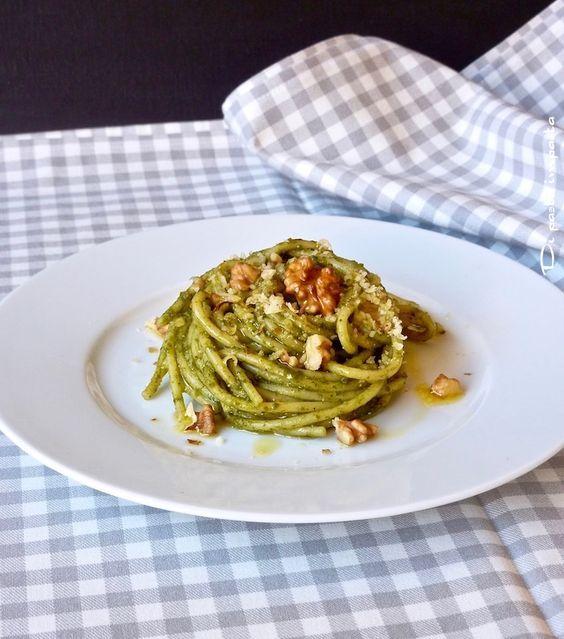 Spaghetti al pesto di cavolo nero e pomodori secchi. Ricetta vegan di Marco Bianchi, veloce e gustosissima.