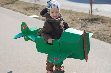 Картонный самолет, в котором можно бегать и воображать, будто летишь над землей, как настоящий пилот.  Просто добавьте звук «Ж-ж-ж-ж-ж-ж-ж-ж-ж!!!» От винта!  В комплекте набор деталей...