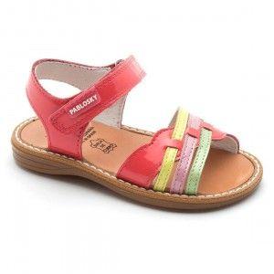 Sandalias de niñas Pablosky en tonos rojos de charol muy originales y rebajadas a 33,90 euros.