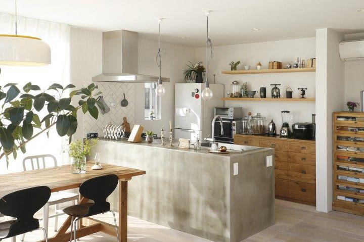 キッチンは木で下地を組みモルタルで仕上げました。モルタルのムラも良い味わい。