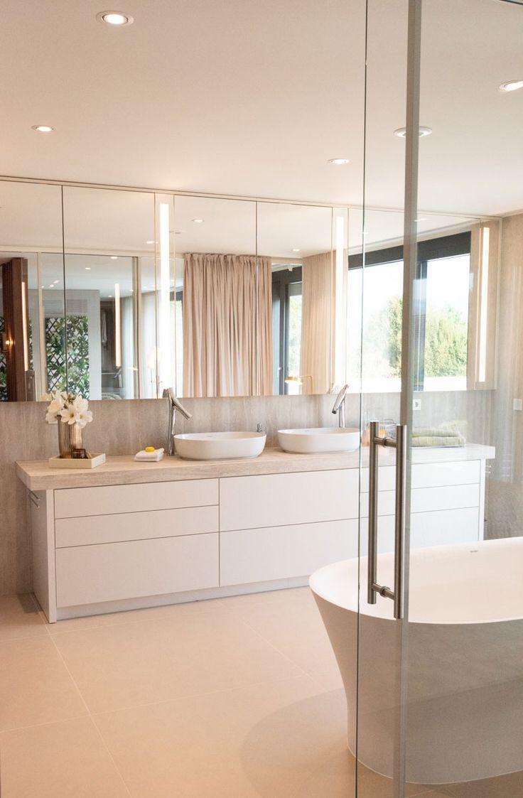 Eine sanfte Wohlfühloase entsteht in diesem Badezimmer durch elegante und morde…