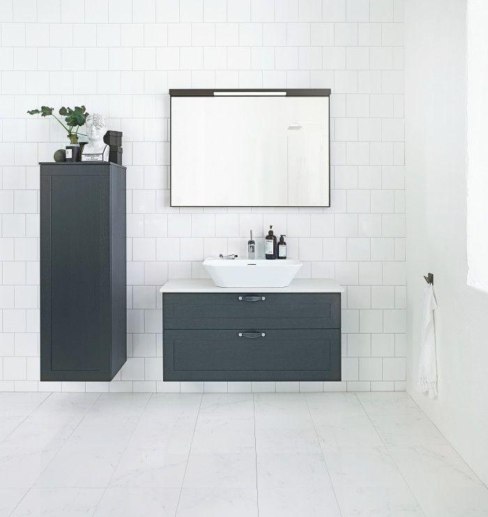 Ajaton ja klassinen uutuus Svedbergs Stil. Yhdistele kuten haluat. Muotoiltu yhteistyössä Ehlén Johanssonin ja Mia Lagermanin kanssa. Kuvan tuotteet: Stil alaosa 100x35 musta tammi kehys, iso nahkavedin musta, pöytätaso 100x35 Danae, Flod-posliiniallas, Love Me Mini -pesuallashana kromia, Stil Top-Mirror 100 musta tammi ja Stil korkea kaappi 123. #habitare2015 #design #sisustus #messut #helsinki #messukeskus
