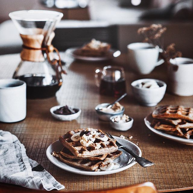 good morning and hello from a cosy sofa! i'm still somewhere in brandenburg and will try to enjoy my last day here as much as possible... although I will shoot another recipe today. that's my kind of fun&relaxation ! in the meantime, please enjoy this photo of whole wheat waffles with peanut butter, bananas, chocolate and peanut crunch! happy sunday! ✊❄️☕️