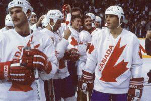 Após se naturalizar canadense, Peter Stastny (á dir) disputou a Canada Cup de 1984. (Foto: Bruce Bennett Studios / Getty Images)