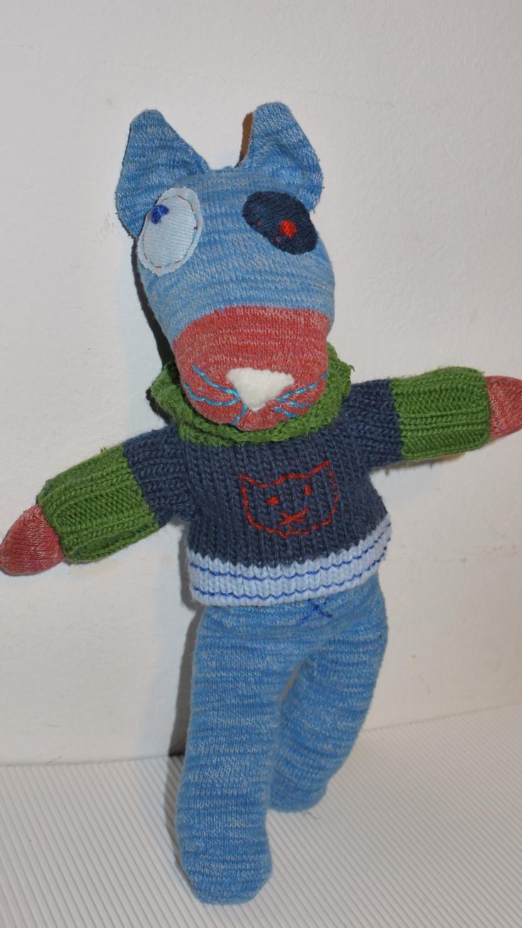 Martino il gatto birichino: un calzino e una manica di un maglione come amico