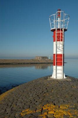 Kornwerderzand, meest oostelijke havenlicht (een vast rood licht) van de Lorentzsluis halverwege de Afsluitdijk.  53°04.705'N 5°20.062'E