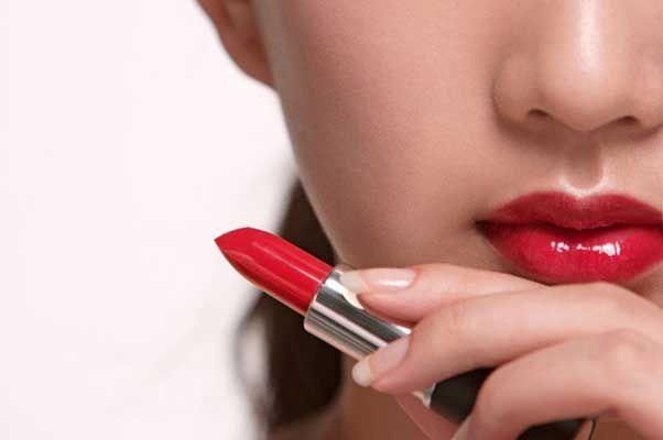 Lipstik biasa dipakai sejumlah wanita untuk membuatnya jadi terlihat cantik dan menawan. Warna lipstik pun bermacam-macam mulai dari warna yang terang hingga gelap. Akan tetapi, tak semua warna lipstik yang dipakai itu membuat kamu jadi terlihat cantik dan menawan.