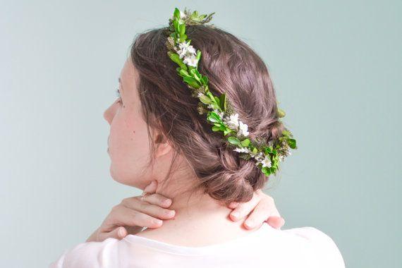 Una corona di fiori di bosco glorioso.  Realizzato con bosso conservato, principessa pino muschio e fiori di stoffa, questa corona è a prova di