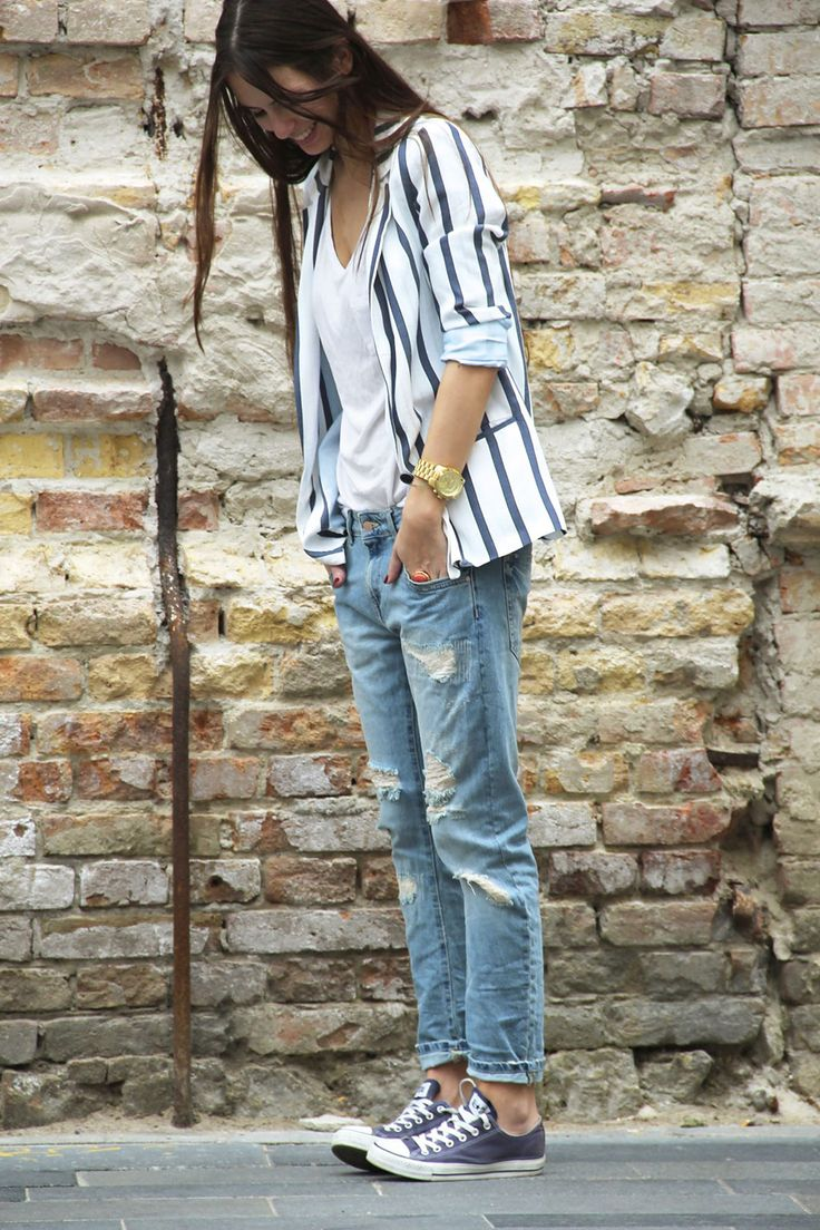 love all of the pieces in this outfit. basics: distressed jeans, converse, stripped blazer love