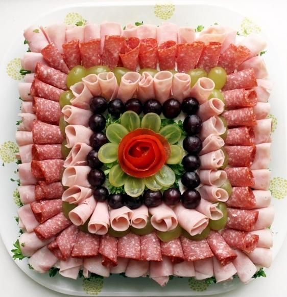 Leckere kalte Platten mit Schinken und Käse servi…