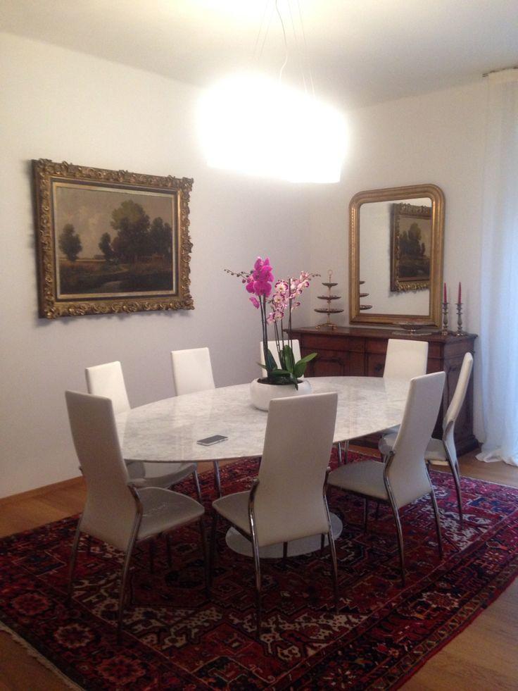 Sala da pranzo antico e moderno tavolo marmo vintage knoll international dipinto antico orchidee