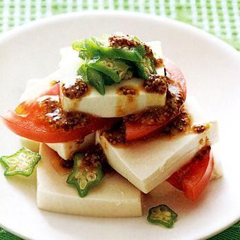 レタスクラブの簡単料理レシピ 完熟トマトを使うとさらにおいしい「豆腐とトマトの重ねサラダ」のレシピです。