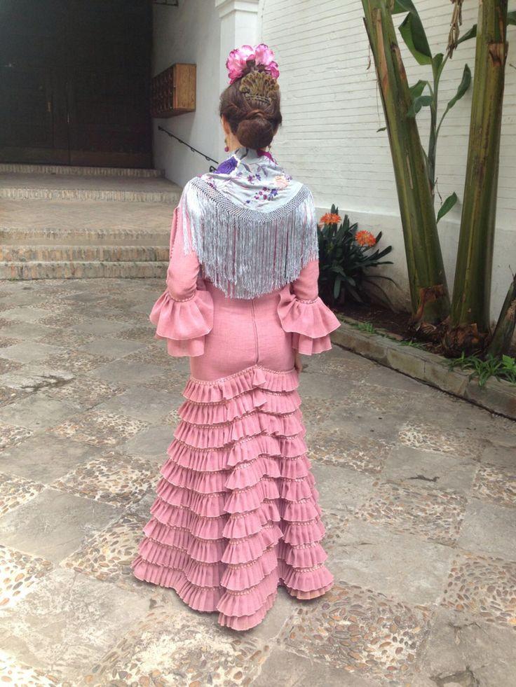 Flamenca con mantón celeste bordado en colores empolvados y traje de gitana de Rocío Olmedo #Feriasevilla2016
