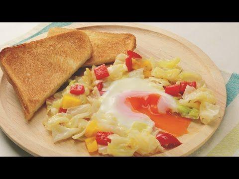 『蒸し焼きキャベツのベーコンエッグ』蒸し野菜でヘルシー♪ | もぐー(mogoo)     蒸し野菜とたまごをひとつにしました♪『蒸し野菜たまご』野菜は蒸すことで量も多くたべられます。パプリカとキャベツの色も華やかで朝からハッピーな気分になれます♪トーストを添えてどうぞ!    材料(1人分)   キャベツ 1/4個     赤パプリカ 1/8個     黄パプリカ 1/8個    卵 1個     バター 10g    塩 ひとつまみ    こしょう 少々    水 大さじ1    レシピ・作り方     1 キャベツ、パプリカを角切りにする。   2 フライパンにバターを入れ、パプリカ、キャベツを入れ炒める。   3 塩、こしょうしてさらに炒め、真ん中に空洞を作り、卵を入れる。   4 野菜の周りに水を入れ、ふたをする。   5 お好みの加減で卵に火か通ったら、完成!