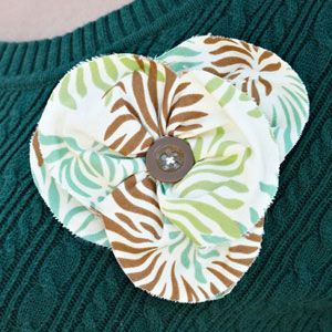 fabric flower with button center: Cute Bows, Flower Triangles, Fabrics Triangles, Fabric Flowers, Fabrics Flower, Diy'S Flower, Diy'S Projects, Triangles Flower, Fabrics Pap Flower