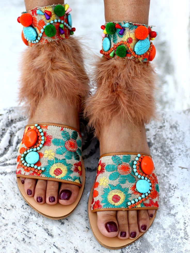 If time travel were possible, the Woodstock festival would triple its audience. For all the girls out there who would attend the greatest festival in music history, these sandals are a perfect match.The Woodstock slides are combined with a removable anklet that ties on the back.