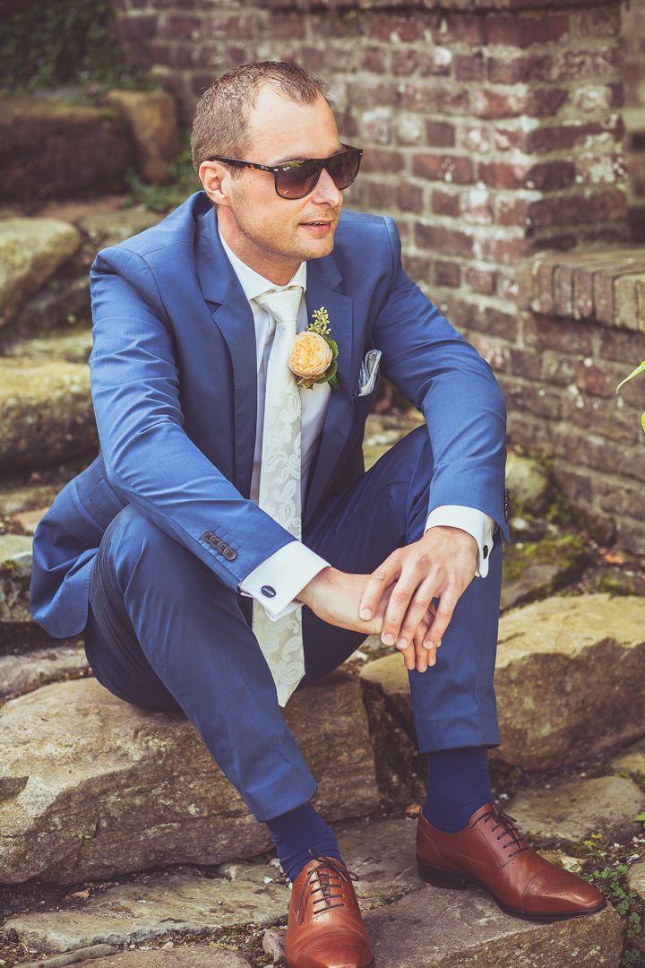 Groom posing in his blue wedding suit and sunglasses / Bruidegom pose, in blauw trouwpak met zonnebril. Made by me / Gemaakt door mij: www.fotozee.nl Ik ben graag jullie trouwfotograaf! photography trouwfoto's trouwfotografie bruidsfotografie