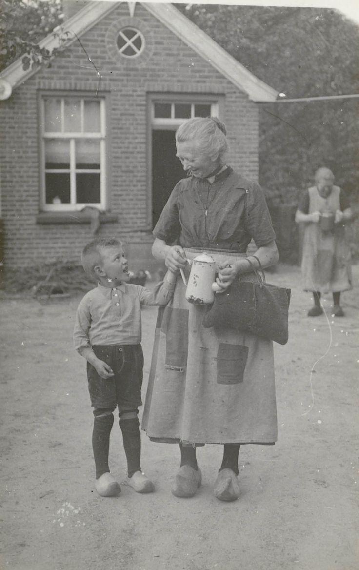 Vrouw en kind brengen brood en koffie naar het veld, tussen 17 en 18 uur (Vesper). Markelo #Overijssel #Twente #Saksen #Markelo