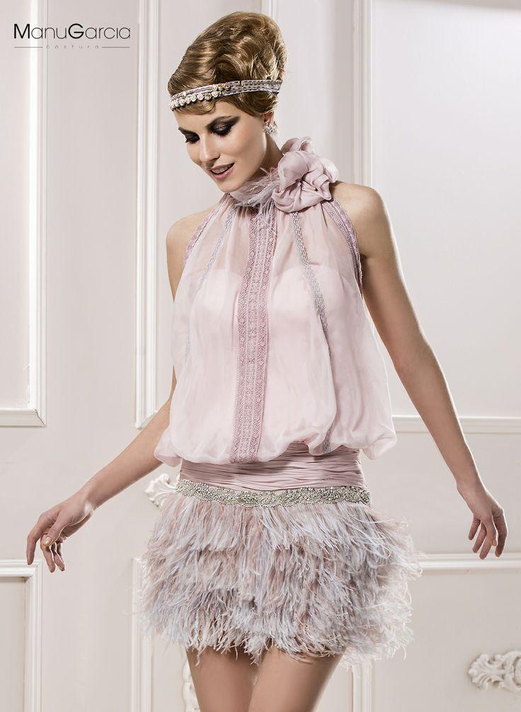 Vestido de gasa color nude de escote halter con falda en plumas de avestruz.