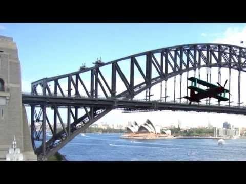 Crazy man flys his plane under the Harbour Bridge - YouTube