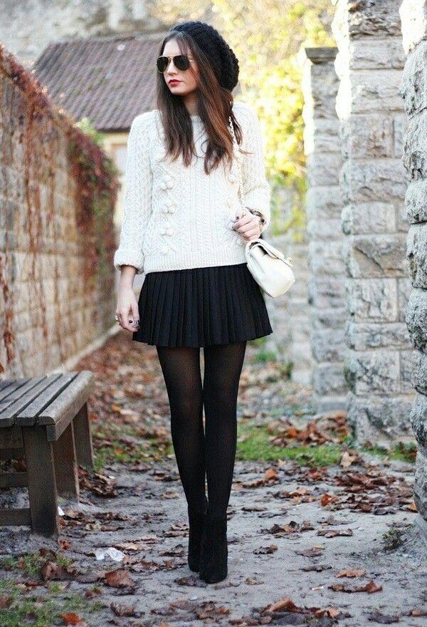 Falda con medias y botines y un lindo buso de lana
