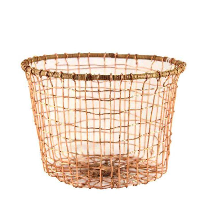 Förvaringskorg i koppar. Trådkorgar är smäckra och tuffa! Denna kopparkorg kantas av en träram upptill,Varför inte använda som elegant liten tvättkorg?