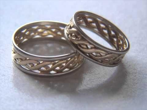 Besondere Eheringe vom Goldschmied für das Brautpaar erschaffen: http://www.detail.ch/htm/f_links_kategorie.htm?kat_id=20