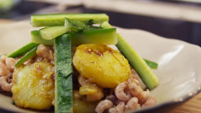 Gemarineerde kip met gebakken aardappelen en Noordzeegarnalen - Recept   VTM Koken